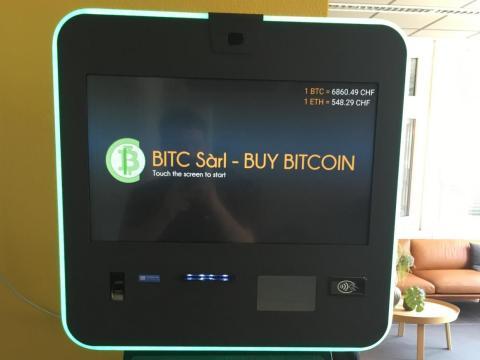 Un cajero automático de bitcoin dentro del espacio de coworking de Crypto Valley Labs.