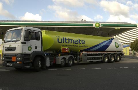 Camión de BP en gasolinera