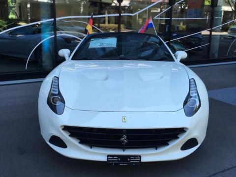 Un Ferrari en la puerta de un concesionario en Zug.