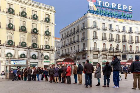 Gente haciendo cola para comprar Lotería