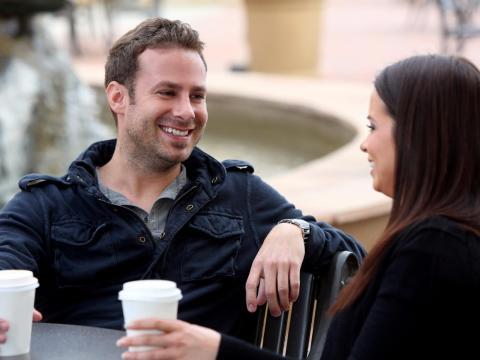 hombre y mujer tomando un café