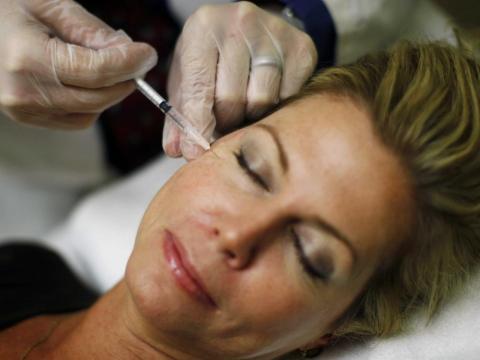 Mujer poniéndose Botox