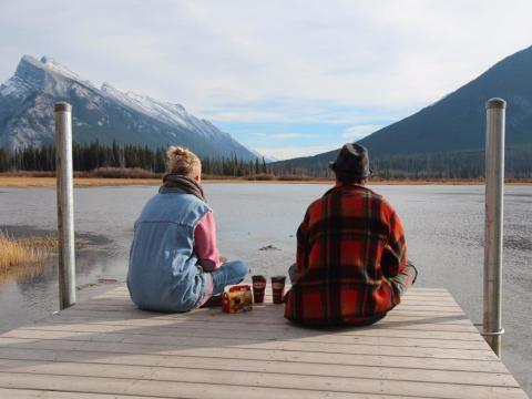 Jóvenes mirando hacia un lago