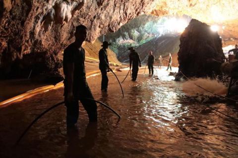 La crisis: Rescatar a 12 niños en una cueva de Tailandia [RE]