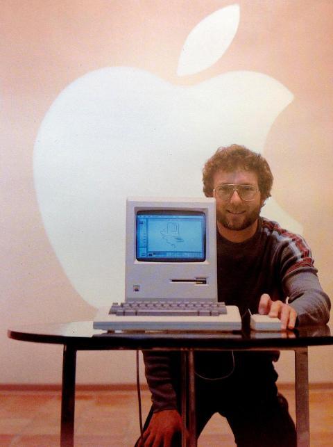 Joe Shelton con el Mac original, antes del lanzamiento oficial, en algún momento de entre octubre y diciembre de 1983. Shelton se encargó de presentar el producto a la prensa.