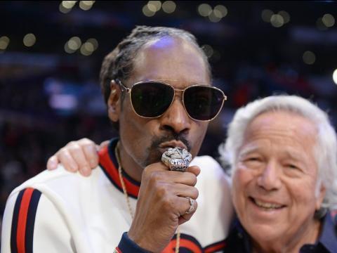 Kraft ha presumido de su anillo de la Superbowl ante Snoop Dogg durante el último All-Star