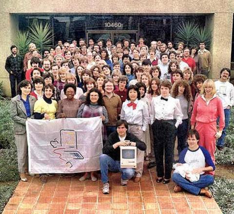 La división del Macintosh reunida frente al edificio Bandley 3 justo antes del lanzamiento del Mac, a finales de 1983.