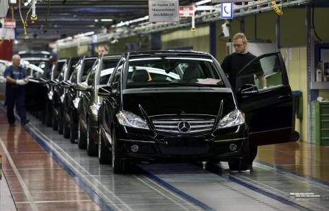 Mercedes compactos siendo fabricados en una planta de Daimler