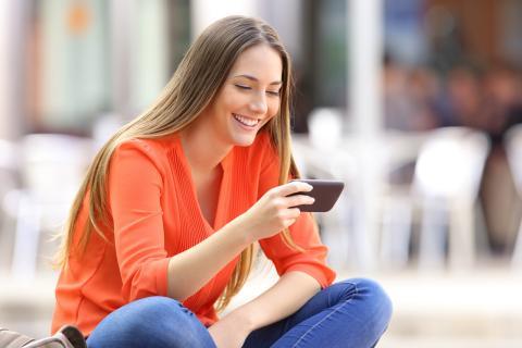 Mujer mirando vídeo en el móvil