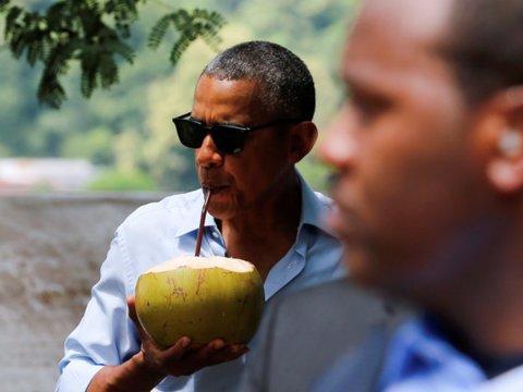 Obama bebe de un coco