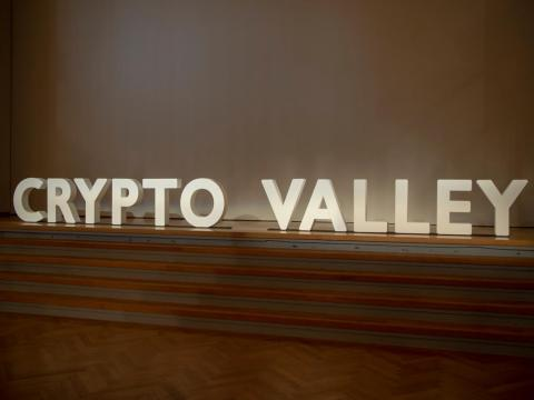 Un letrero en la conferencia de Crypto Valley.