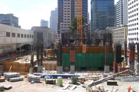 Millenium Tower en construcción.