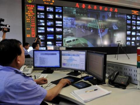 La policía en China supervisa grandes cantidades de cámaras de vigilancia desde los centros de control principales.