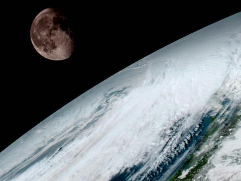 Su mirada interminable nos ayuda a monitorizar la salud de nuestro mundo mientras atrapa las extrañas alineaciones del Sol, la Luna y la Tierra [RE]