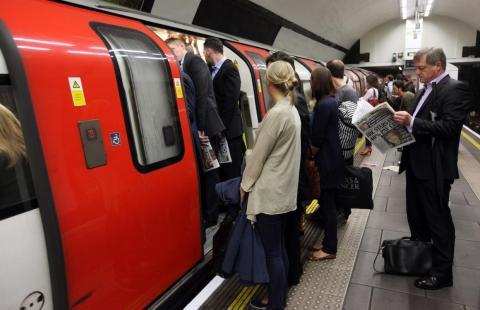 Viajeros en la estación de metro Clapham Common en Londres.