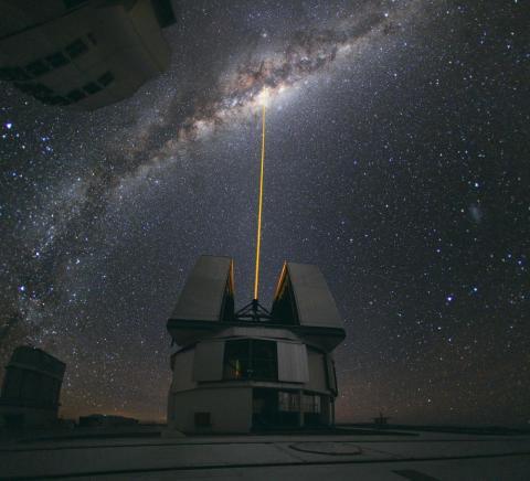 """El Very Large Telescope (literalmente """"Telescopio Muy Grande"""" en español) está situado en el Desierto de Atacama al norte de Chile."""