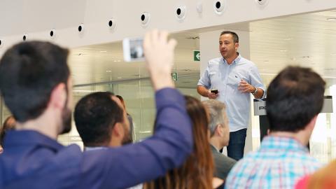 Víctor Martín (Macco Robotics) durante la demostración de producto en el Demo Day de Porsche Accelerator