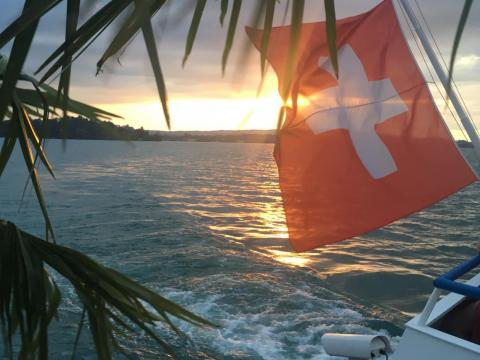 La vista desde el barco en el lago Zug.