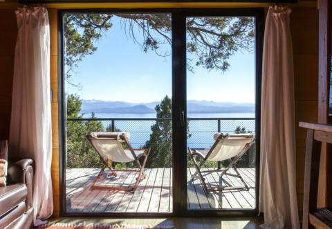 Vistas a un lago desde una casa de alquiler de Airbnb vivienda