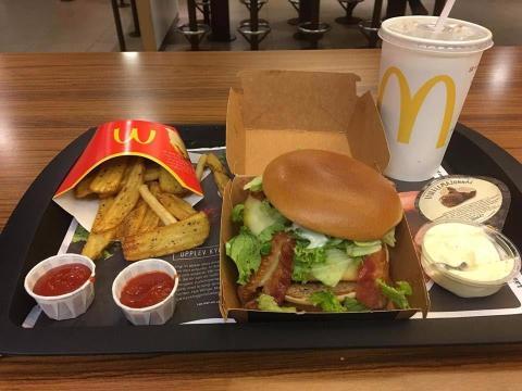 Uno fue el Jureskog Texas, una hamburguesa de barbacoa de edición limitada que consiste en dos empanadas de carne, cebolla roja en escabeche, queso gouda ahumado, tocino crujiente, ensalada, mayonesa y salsa barbacoa [RE]