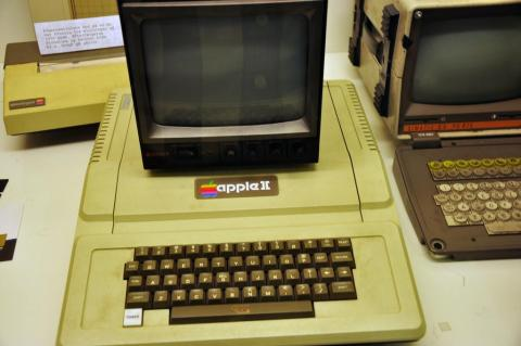 1977 también significó la presentación del Apple II, el PC diseñado por Wozniak que terminaría revolucionando el mercado.