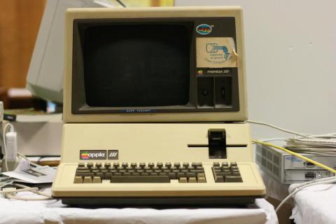 En 1980, Apple lanzó el Apple III, un PC para negocios que pretendía competir con la creciente amenaza de IBM y Microsoft. Pero el Apple III fue sólo un recurso provisional