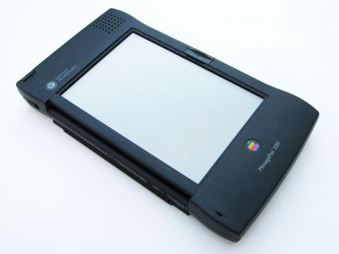Los 90 significaron nuevos mercados para Apple, aunque ninguno cuajó. Posiblemente, el dispositivo más famoso de los 90 fue el Newton MessagePad, ideal original de Sculley que creó el mercado de las agendas digitales