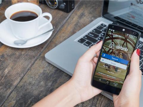Airbnb está en guerra con Booking.com y puedes ahorrar mucho dinero con ello