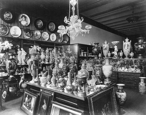 El almacén de Tiffany & Co., en Union Square (Manhattan, Nueva York), lleno de porcelana en una imagen datada alrededor de 1887.