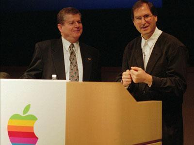 Amelio también tuvo problemas: la cotización de Apple stock marcó un mínimo en 12 años (principalmente porque Steve Jobs vendió 1,5 millones de acciones). Amelio decidió adquirir su empresa, NeXT Computer, por 429 millones en 1997