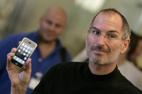 El presidente ejecutivo de Apple, Steve Jobs, sosteniendo el iPhone original en la tienda de Apple en el centro de Londres, el 18 de septiembre de 2007.