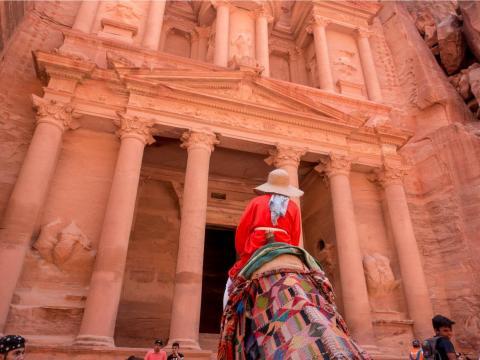 El sitio arqueológico, ahora considerado una de las siete maravillas del mundo, era tan magnífico como lo imaginaba. Al Khazna, o el Tesoro, es la primera estructura que se ve al entrar en la ciudad.
