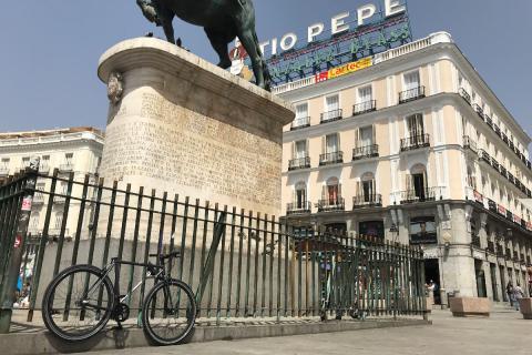 La bicicleta de Yerka, estacionada y anclada en un representativo lugar de Madrid.
