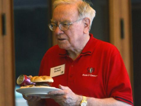 Billionaire Warren Buffett carries his hamburger and drink back to his table during lunch at the Allen & Co. conference at the Sun Valley Resort in Sun Valley, Idaho July 11, 2007.