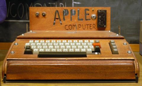 El primer producto fue el Apple I, una placa con un procesador y algo de memoria. Los clientes tenían que añadir su propio teclado y monitor, como se ve en la imagen. Se vendía por 666,66 dólares.