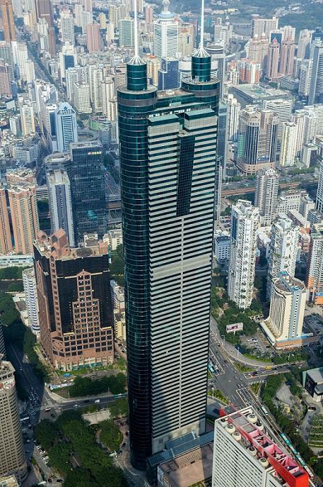 El edificio Diwang o Shun Hing Square, emblema del centro financiero de Shenzhen, China.