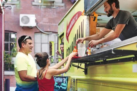 Un emprendedor ha montado un foodtruck como negocio.