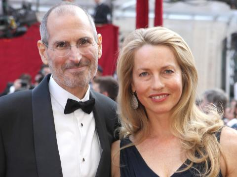 Incluso aunque Apple sea la empresa más valorada del mundo, solo hay un milmillonario relacionado con Apple: Laurene Powell Jobs, la viuda del cofundador de Apple Steve Jobs. [RE]