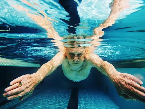 Puede haber una gran relación entre hacer cardio regularmente, como nadar o caminar, un menor riesgo de demencia