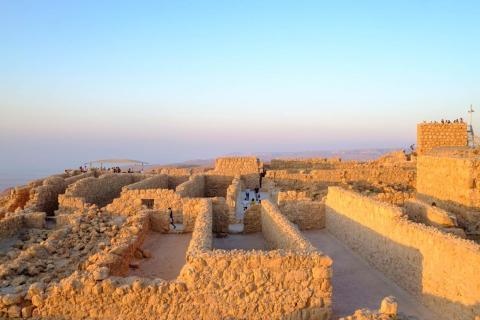 La fortaleza domina el Mar Muerto. Caminar por la fortaleza, que ocupó el rey Herodes, durante el amanecer explica por qué el lugar era tan atractivo para el rey, tanto desde una posición defensiva como para relajarse