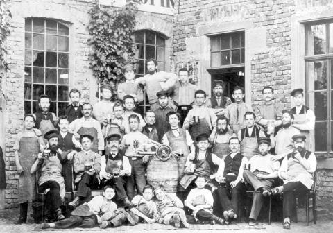Grupo de trabajadores de montaje de la máquina de coser en 1875.