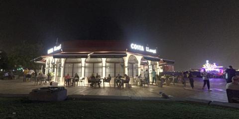 Aquí, un Costa iluminada en la noche de Catar.