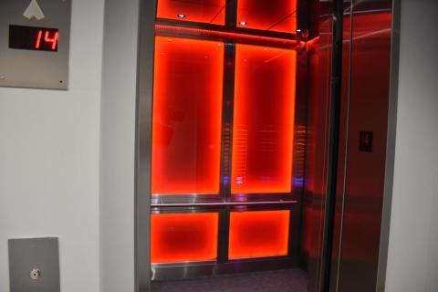 Todas las plantas están conectadas por un ascensor de alta velocidad.