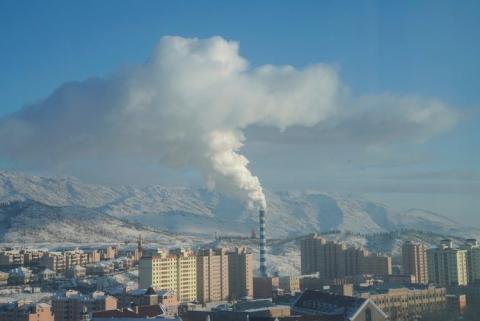 El humo en una chimenea en Altay, en la región autónoma de Xinjiang Uygur