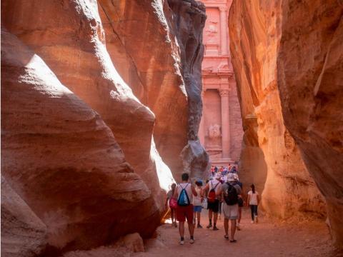 En Jordania, cumplí una de las pocas cosas que puse en mi lista: visitar la antigua ciudad de Petra. Desde que vi las fachadas de arenisca de color rosado en Indiana Jones cuando era niño, supe que tenía que ir.