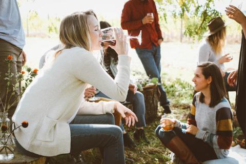 jóvenes charlando, bebiendo