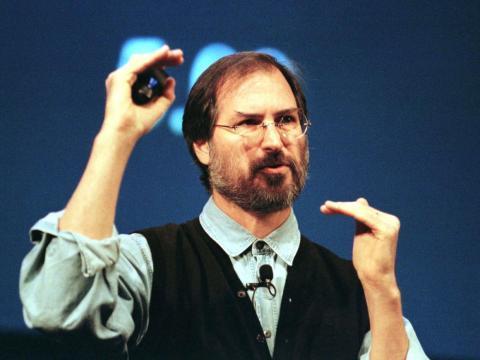 El 4 de julio de 1997, Jobs convenció a la junta de Apple para que le nombrase CEO interino. Amelio dimitió una semana después