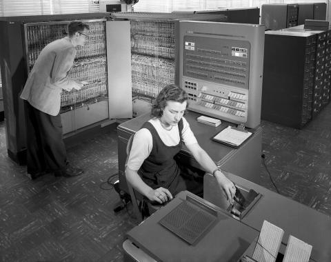 Investigadores del Comité Consejero Nacional para la Aeronáutica (NACA) de EEUU utilizando una máquina de escribir de IBM en 1957.