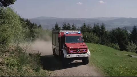 Un Mercedes Unimog de bomberos en plena acción