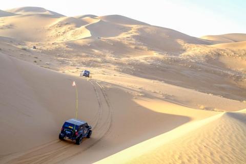 Los todoterreno me invitaron a unirme a ellos en un tour de dos días por el desierto. Ya habían estado conduciendo durante casi una semana, pero no se cansaban de correr sobre enormes dunas de arena y acampar en campamentos mongoles en medio de la nada.